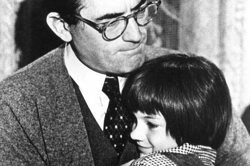 Mary Badham, 10 ans, est dans les bras de Gregory Peck pour Du Silence et des ombres. Elle est nommée pour l'Oscar de la meilleure actrice dans un second rôle en 1962, mais ne le remporte pas. Lui en revanche, obtient la statuette en tant que meilleur acteur.