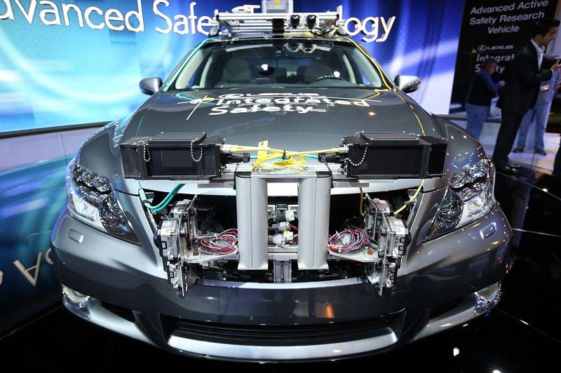 Toyota expose au CES un prototype de voiture Lexus connectée autonome. Bardée de capteurs, pour analyser le marquage au sol et la vitesse de circulation, ce monstre de technologie ressemble aux modèles déjà testés par Google. Pour l'instant, elle n'est lancée que dans des centres de recherche. À terme, l'idée est non seulement de laisser la voiture conduire, mais aussi de la faire dialoguer avec les véhicules environnants.