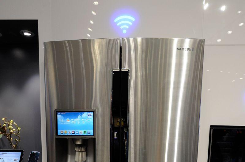 Samsung a lui aussi aussi son réfrigérateur connecté à Internet en WiFi. L'imposant T9000 intègre un écran LCD tactile sur lequel on retrouve l'application Evernote. Les listes de course peuvent ainsi être synchronisées dans le «cloud» et récupérées sur un smartphone ou une tablette. Le réfrigérateur affiche aussi la météo, des recettes, un flux d'actualité et une application Twitter. La date de sortie n'est pas connue.
