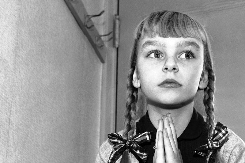 Dans La Mauvaise graine, Patty McCormack interprète un enfant tueur qui commet des meurtres au gré de ses envies. Un personnage déroutant pour la fillette de 11 ans, qui lui vaudra une nomination en tant que meilleur actrice dans un second rôle, en 1957.