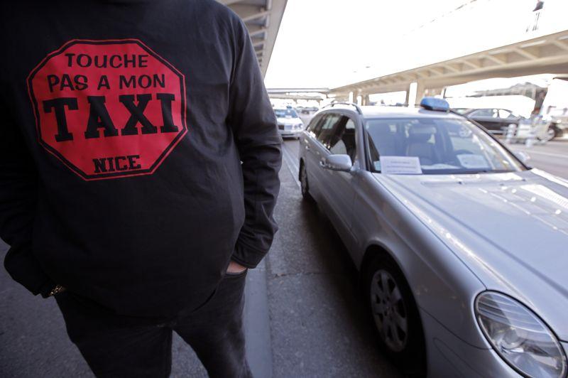 Même combat à Nice, où un chauffeur de taxi porte un tee-shirt «Touche pas à mon taxi».