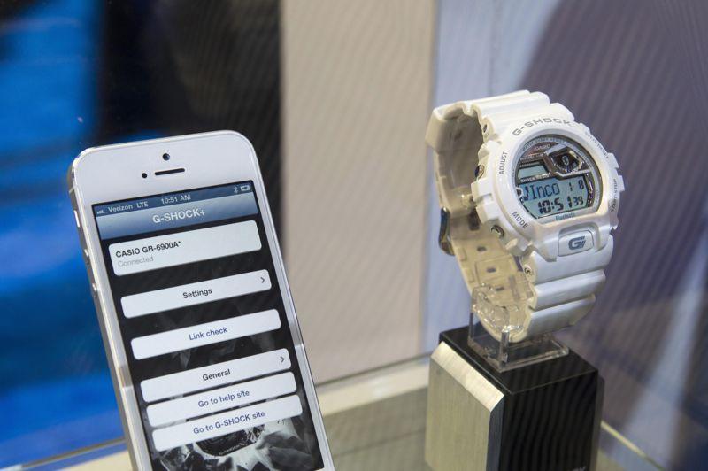 Les montres connectées attirent aussi les pointures du secteur. Casio présente au CES la G-Shock+, une montre à 180 dollars qui alerte lors de la réception de textos, d'emails et d'appels. Elle prévient aussi lorsque le téléphone s'éloigne de la montre, pour couper court aux tentatives de vol. Toshiba, de son côté, expose un prototype de montre (avec bracelet en cuir) qui prend le poul de son propriétaire et affiche le résultat sur un écran couleur.