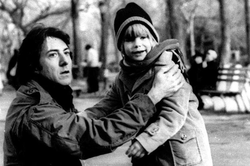 Justin Henry (à droite) est nommé comme meilleur acteur dans un second rôle, en 1980, alors qu'il a 8 ans. Dans Kramer contre Kramer, il se retrouve ballotté entre ses deux parents, interprétés par Dustin Hoffman et Meryl Streep. Le drame remporte 5 Oscars cette année, dont meilleur film, meilleur réalisateur et meilleur acteur.