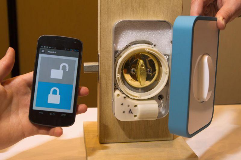 Le «Lockitron» est un système électronique qui se positionne sur les serrures, à l'intérieur des pièces. Il prévient, grâce à une application sur smartphone, lorsque la porte est verrouillée ou déverrouillée. Il peut aussi actionner lui-même me mécanisme à distance. Le prix sera de 179 dollars lors de la sortie en mars aux États-Unis.