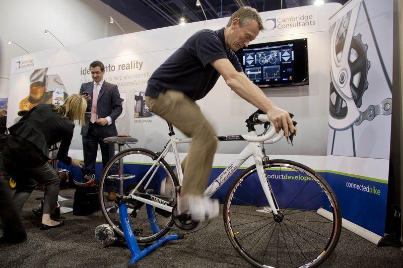 Moins imposant, ce prototype de vélo exposé par Cambridge Consultants se connecte en Bluetooth à un smartphone ou à une tablette. L'intérêt? Proposer comme sur les voitures un passage automatique des vitesses, et non plus manuel, en analysant les difficultés du parcours et la puissance de pédalage. D'autres fonctions sont envisagées, comme un suivi GPS de son itinéraire ou de son rythme cardiaque.