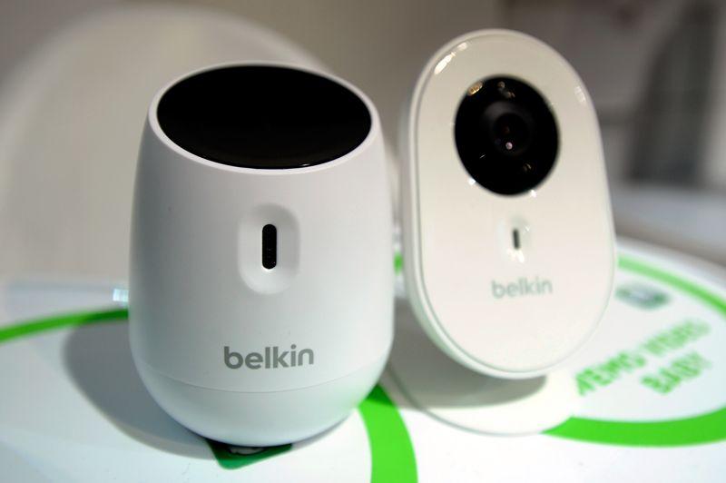 Belkin, spécialiste des accessoires informatiques, présente au CES le WeMo Baby et le WeMo Video Baby, des «babyphones» qui permettent de surveiller son bébé à distance et de recevoir des alertes sur son smartphone lorsqu'il pleure, grâce à une application spéciale. Plus original, la société Evado Filip a dévoilé le VivoPlay, un petit capteur GPS à placer sur les affaires de son enfant pour le suivre à la trace, et être averti lorsqu'il quitte un périmètre que vous aurez défini.