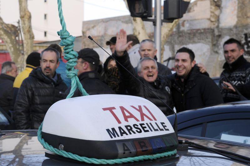 Les chauffeurs marseillais ne manquent pas d'humour. Ils se sont amusés à attacher une corde à un taxi. Selon les syndicats, environ 10.000 emplois seraient menacés.
