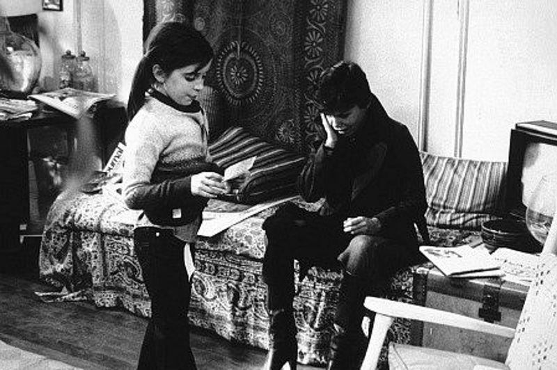 À 10 ans, Quinn Cummings est une petite fille avec des couettes et des tâches de rousseur dans Adieu, je reste. Elle séduit l'Académie, qui la nomme dans la catégorie meilleure actrice dans un second rôle, en 1978.