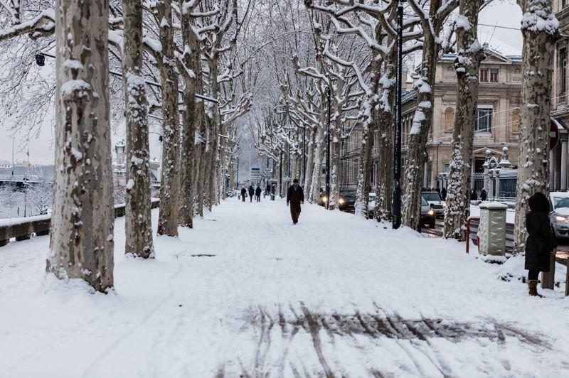 Alerte. Son arrivée était annoncée. Et comme prévu, la neige est tombée en abondance lundi soir dans de nombreuses régions, comme ici à Lyon. Plus de 5 centimètres de poudreuse ont recouvert le centre-ville et entre 10 et 15 cm sur les reliefs. Une situation qui a entraîné d'importantes difficultés de circulation. Alors que 37 départements avaient été placés en vigilance orange lundi, seuls 18, principalement sur une bande allant du nord au centre-est, étaient encore concernés mardi en milieu de matinée.