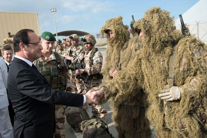 En visite. François Hollande est ce mardi en voyage officiel aux Emirats Arabes Unis. Le programme de ce déplacement, prévu depuis longtemps, devait être consacré à l'avenir écologique de la planète, mais il a été modifié pour aborder les questions soulevées par l'intervention militaire française au Mali. Arrivé à la base navale «Camp de la Paix» à Abu Dhabi, le chef de l'Etat a annoncé que «pour l'instant, nous sommes à 750 hommes et ça va encore augmenter [...] pour qu'ensuite le plus rapidement possible nous puissions laisser la place aux forces africaines», ajoutant que la France va «continuer à avoir des forces au sol et dans les airs»
