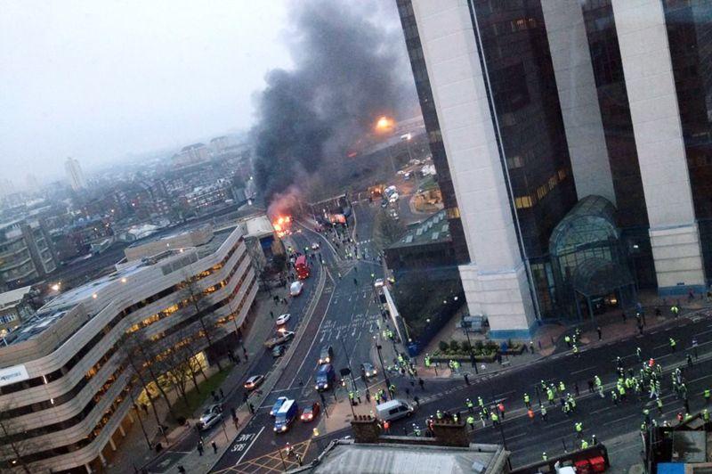 Crash. Ce mercredi matin, un hélicoptère s'est écrasé dans le centre de Londres après avoir heurté une grue près de la gare ferroviaire de Vauxhall, faisant deux morts et onze blessés, dont un grièvement. La grue a elle-même chuté et percuté deux véhicules. L'accident s'est produit par temps de brouillard, non loin de l'immeuble du MI6, les services secrets britanniques. Les forces de l'ordre précisent que rien n'indique un acte terroriste.