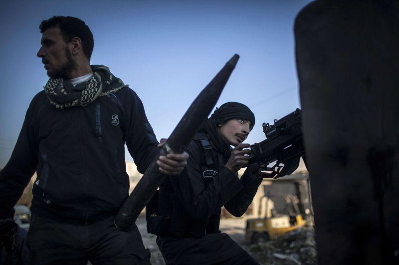 En joue. À Alep, deux combattants de l'armée syrienne libre rechargent leurs armes lors d'un affrontement contre les forces du gouvernement. Mardi 15 janvier, une double explosion a provoqué la mort de 83 étudiants de l'université d'Alep. Chaque jour d'avantage, le pays bascule dans la violence.