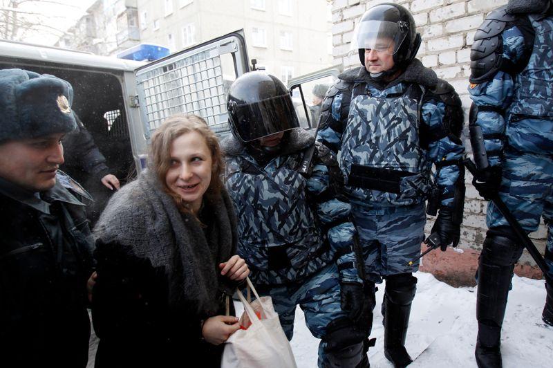 Entourée. La «Pussy Riot» Maria Alyokhina s'est rendue devant le tribunal de Berezniki où elle entend demander le report de l'exécution du reste de sa peine pour pouvoir s'occuper de son jeune enfant. Le 17 août dernier, elle avait été condamnée à deux ans de prison pour avoir chanté une «prière punk» contre le président Poutine dans une cathédrale de Moscou.