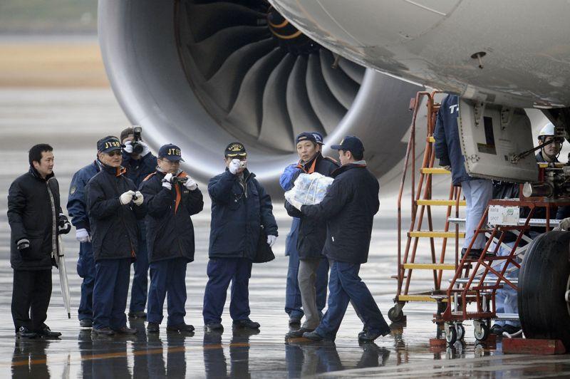 Interdits de vol. Partout dans le monde, les Boeing 787 «Dreamliner» sont cloués au sol. La décision a été prise par les autorités américaines de la sécurité aérienne après la série de problèmes et d'incidents potentiellement graves rencontrés en l'espace de quelques jours par ces appareils. Entre autre, dans la nuit du 15 au 16 janvier, un avion de la compagnie All Nippon Airways a dû atterrir en catastrophe après la détection de fumée et d'une forte odeur à bord. C'est à nouveau une batterie lithium-ion fournie par le japonais GS Yuasa qui serait en cause.