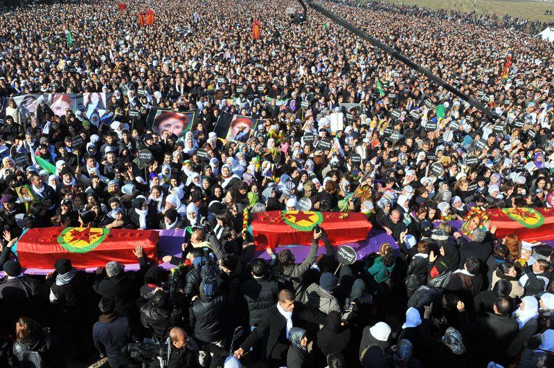 L'émotion. Les dépouilles des trois militantes kurdes assassinées à Paris sont arrivées à Diyarbakir, principale ville kurde de Turquie. Des dizaines de milliers de personnes ont souhaité rendre un ultime hommage aux trois militantes tuées dans la nuit du 9 au 10 janvier d'une balle dans la tête. Les portraits des trois défuntes étaient disposés devant les cercueils recouverts du drapeau kurde aux couleurs jaune, rouge et vert ainsi que d'oeillets rouge. Des meurtres survenus alors que les autorités turques ont entamé un dialogue avec le groupe rebelle du Parti des travailleurs du Kurdistan (PKK).
