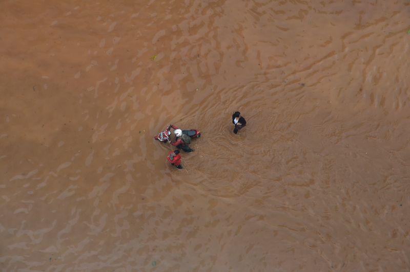 Jakarta assiégée. Jeudi, les inondations ont paralysé le centre ville et le quartier des affaires de Jakarta, en Indonésie. Le président Susilo Bambang Yudhoyono a dû, comme ses concitoyens, retrousser son pantalon pour rejoindre son palais. Jusqu'à présent la crue a fait 2 morts et 19 000 personnes ont été contraintes d'évacuer leur domicile.