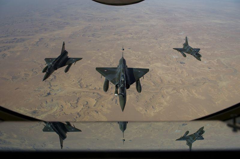 Mirages en renfort. Trois mirages 2000D de Nancy volent vers le camp Kossei à Ndjamena. Durant les premiers jours de l'intervention militaire au Mali, les autorités françaises ont été surprises par l'équipement sophistiqué et le niveau d'entraînement des combattants islamistes. Cependant, les frappes aériennes du 13 janvier, sur des dépôts de minutions et de carburant près de Gao, pourraient avoir changé la donne.