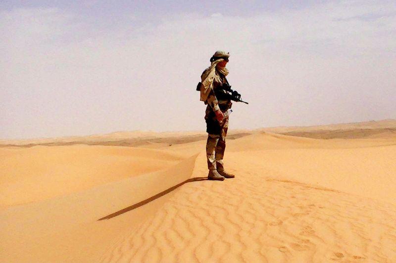 L'adieu aux armes. Sur cette photo prise quelque part dans le désert et donnée par sa famille, apparaît le lieutenant Damien Boiteux, 41 ans, pilote au 4e régiment d'hélicoptères des forces spéciales, mortellement blessé le 11 janvier au Mali au cours d'un violent accrochage avec des djihadistes. Spécialiste reconnu des interventions difficiles en milieu désertique, cet officier brillant avait participé à de nombreuses missions extérieures: Djibouti en 1993, ex-Yougoslavie en 1998, Côte d'Ivoire en 2005, 2007 et 2009, à nouveau Djibouti en 2008 et 2009, Mauritanie en 2010 et Burkina Faso en 2010, 2011 et 2012. Autant d'opérations qui l'ont profondément marqué. Le lieutenant Boiteux est le premier mort français de l'opération «Serval». Il était pacsé et père d'un enfant.