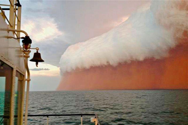 Le rouge est mis. L'équipage de ce navire en croisière vers Onslow, le long de la côte occidentale de l'Australie, dans l'océan Indien, a eu pendant quelques longues minutes l'impression assez désagréable que la fin du monde, promise pour le 21 décembre dernier par quelques illuminés obsédés par le calendrier maya, allait finalement bien avoir lieu, mais trois semaines plus tard et juste au-dessus de leurs têtes... Devant eux s'est dressé brusquement un incroyable mur rouge, semblable à une gigantesque vague pourpre couronnée d'écume et prête à engloutir tout sur son passage. Un spectacle à glacer le sang, mais totalement sans danger. Il s'agissait en fait d'une épaisse formation nuageuse chargée de sable rouge emporté par les vents du désert australien. Ouf!