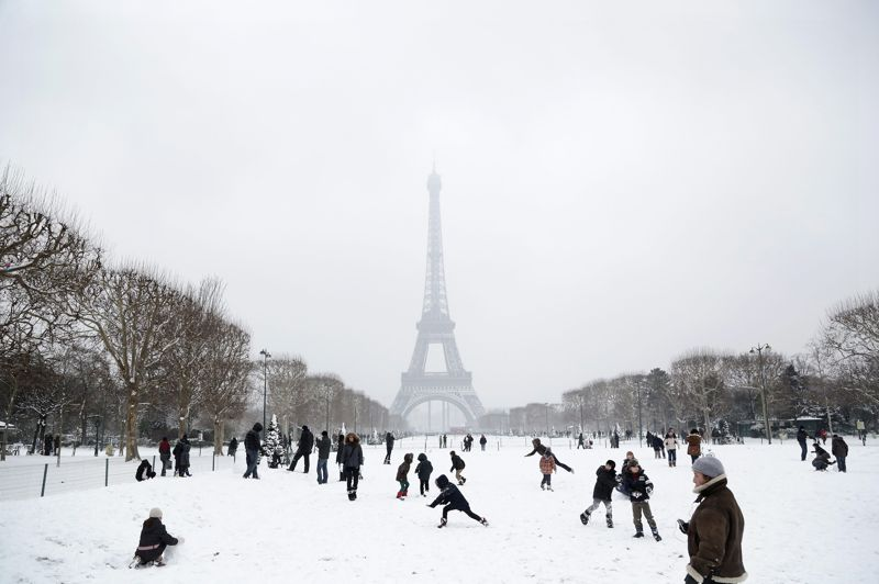 Dans la poudreuse. Après les récentes chutes de neige, Paris s'est transformée en aire de jeu ce week-end. En se promenant dans les rues de la capitale, on aurait pu se croire au bord des pistes des grandes stations de ski…