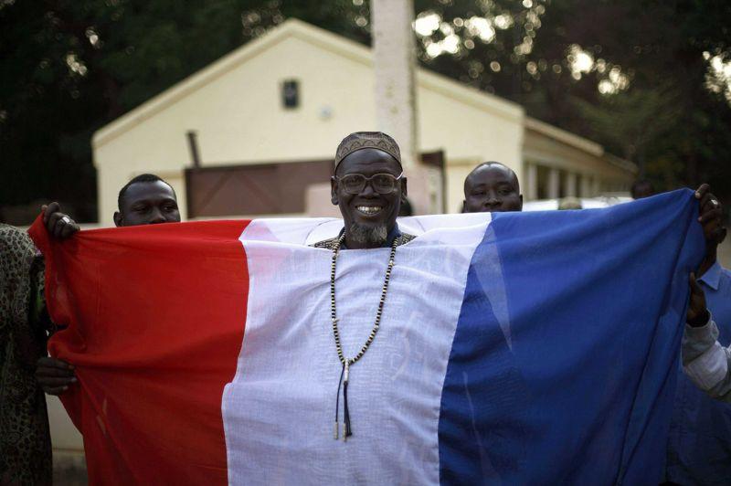 Bienvenus!Drapé dans un drapeau français, un habitant de Ninio, au Mali, souhaite la bienvenue aux troupes françaises. Au total, 3.150 militaires français participent à l'opération Serval lancée le 11 janvier dernier, dont 2.150 sur le territoire malien, selon le ministère français de la Défense. Actuellement, une demi-douzaine de pays occidentaux apportent un soutien logistique à l'opération, dont les Etats-Unis avec notamment des moyens de renseignement. À Londres, un porte-parole du Premier ministre David Cameron a répété que la Grande-Bretagne n'engagerait pas de soldats dans les combats au Mali, et plus largement dans la région.