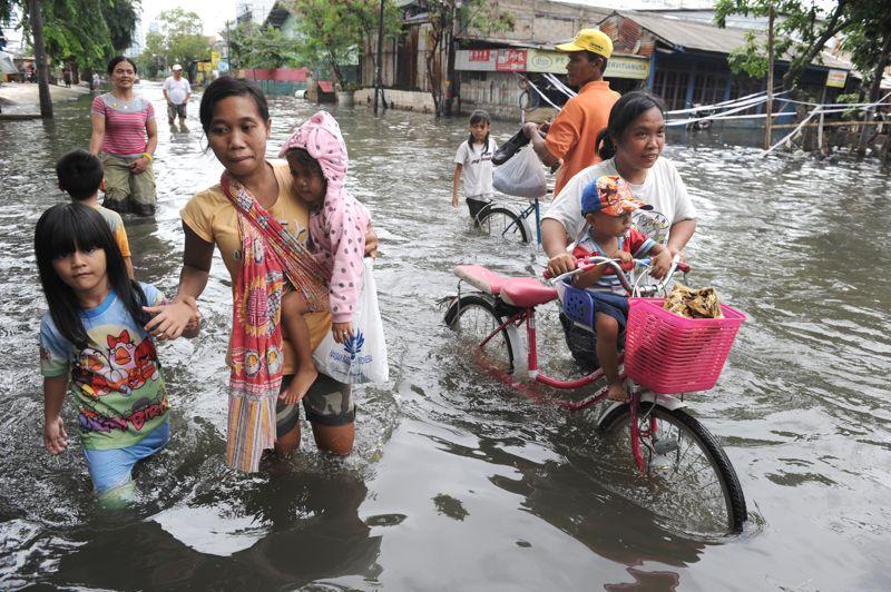 Pluies catastrophiques. Jakarta, la capitale indonésienne, est sous l'eau. D'importantes intempéries qui se sont abattues sur le pays ont provoqué de graves inondations. La circulation dans la capitale est, par endroit, quasiment impossible, forçant les résidents à se déplacer avec les moyens du bord. Les responsables politiques de Jakarta ont déclaré l'état d'urgence jusqu'au 27 janvier. Au total, une vingtaine de personnes sont décédées et environ 30.000 autres ont été déplacées.