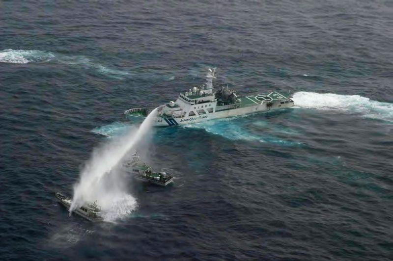 Pris. Un navire de pêche taïwanais avec sept activistes à bord, qui se dirigeait jeudi vers un archipel revendiqué par Taipei et Tokyo, a fait demi-tour après avoir été repoussé à coups de canon à eau par les garde-côtes japonais. L'embarcation a été localisée à 107 kilomètres au ouest-sud-ouest d'Uotsurijima, la principale île de l'archipel en mer de Chine orientale, appelé Diaoyu par les Chinois. Leur but des activistes était d'apporter une statue de la déesse des mers Mazu pour protéger les pêcheurs taïwanais qui opèrent dans la zone.