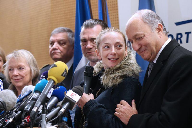 Libre! Il aura fallu sept longues années pour que Florence Cassez refoule le sol français. La française, toute juste libérée de sa prison mexicaine, a atterri jeudi en début d'après-midi à Roissy-Charles de Gaulle. Dès son arrivée, elle s'est exprimée pendant de longues minutes, aux côtés de son avocat Franck Berton et du ministre des Affaires étrangères, Laurent Fabius, devant les journalistes. Elle a notamment déclaré qu'elle entendait «profiter» de ses proches et «vivre».