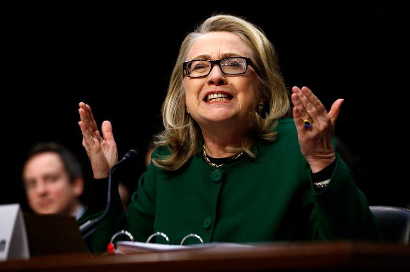 L'attaque. Hillary Clinton s'est exprimée jeudi devant la commission des Affaires étrangères du Sénat américain et de la Chambre des représentants pour défendre sa gestion de l'attaque du consulat de Benghazi en Libye. Le 11 septembre 2012, l'ambassadeur Christopher Stevens et trois compatriotes avaient péri lors de l'assaut. Il s'agit de la dernière prestation majeure de l'ex-First Lady qui quitte son poste de secrétaire d'Etat pour le laisser au sénateur John Kerry.
