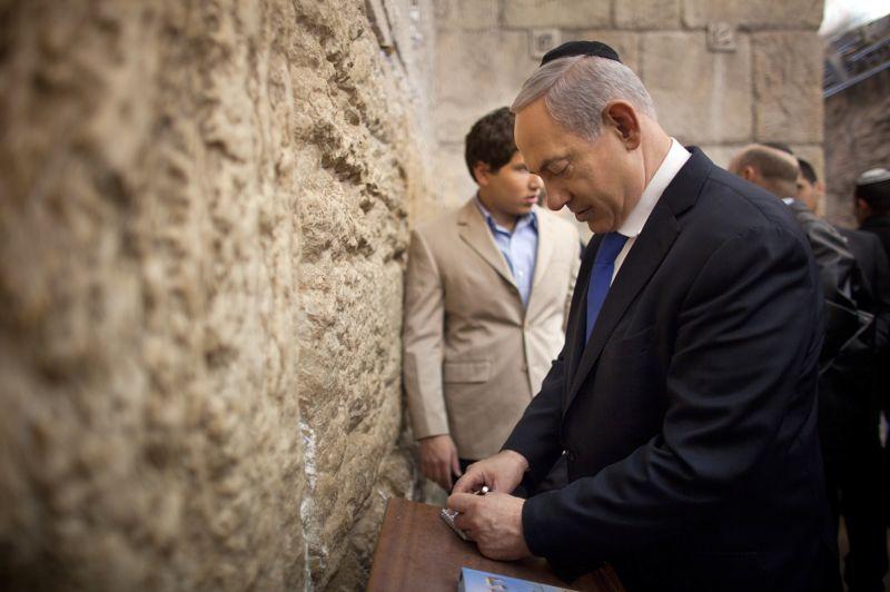 En prière. D'après les sondages, les élections législatives israéliennes devraient maintenir au pouvoir la coalition du premier ministre de droite, Benjamin Netanyahu. Après avoir voté aux cotés de sa famille, ce dernier s'est ensuite rendu au mur des lamentations.