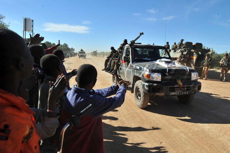 Libérés. Des habitants de Diabali, dans l'ouest du Mali sont sortis de leur domicile pour saluer l'arrivée d'une colonne d'une trentaine de véhicules blindés transportant 200 soldats maliens et français. Cette ville avait été prise il y a une semaine par des islamistes qui l'avaient en partie abandonnée après des bombardements de l'aviation française. Comme annoncé, les soldats français se sont retirés de la localité dans la soirée. «Nous n'avons pas vocation à rester ici, nous laisserons la ville aux Maliens ce soir», a déclaré le colonel français Frédéric, chef des opérations dans le secteur.