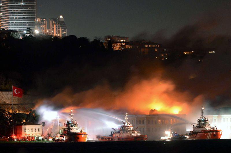 Dévasté. Un bâtiment historique de l'université francophone de Galatasaray à Istanbul, en Turquie, a été ravagé par le feu mardi soir. Le sinistre a provoqué l'effondrement du toit de l'édifice et s'est propagé aux étages inférieurs, en dépit de l'arrivée de nombreux pompiers. Les soldats du feu ont utilisé aussi des bateaux pompes depuis le détroit du Bosphore pour empêcher les flammes, attisées par un fort vent, de se propager à d'autres bâtiments voisins. Provoqué par un court-circuit, l'incendie n'a pas fait de victime.