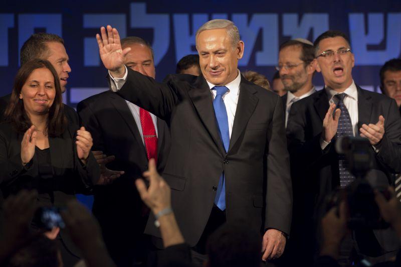Courte victoire. C'est un score en demi-teinte pour Benjamin Netanyahu. Même si le Premier ministre israélien sortant est arrivé en tête des législatives anticipées, son alliance avec le parti Israel Beitenou, de l'ultra-nationaliste Avidgor Liberman, ne lui aura pas donné l'avance escomptée. La liste commune Likoud-Beïtenou n'obtiendrait que 31 sièges contre 42 sur 120 au Parlement, soit un recul de 11 sièges. Au total, la droite conserverait une courte majorité (61 à 62 sièges) contre 58 à 59 pour le centre-gauche.