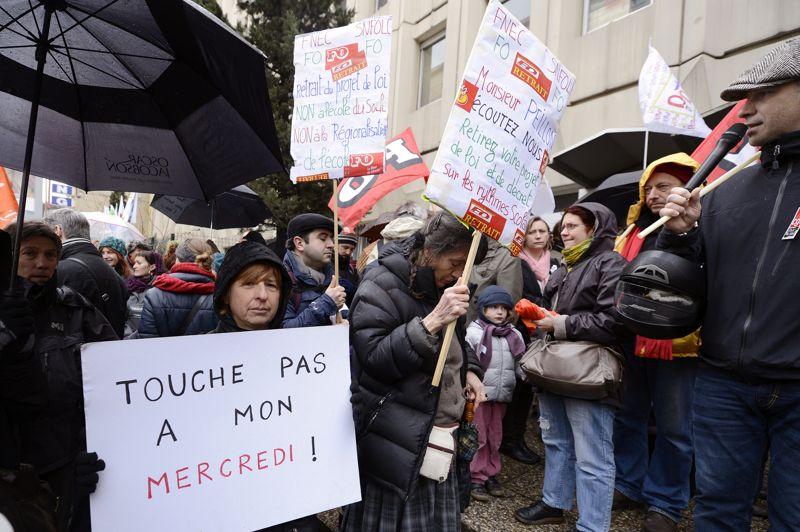 Contre. Ils disent non à la réforme des rythmes scolaires. Avec plus de 80% de grévistes et la moitié des écoles primaires fermées, les syndicats ont célébré hier un mouvement «historique». Et ce mercredi, jour de la présentation du projet de loi sur la refondation de l'école en Conseil des ministres, plus de 2.500 professeurs des écoles étaient réunis à Paris, et quelques centaines dans le reste de la France, comme ici à Marseille pour contester la réforme engagée par Vincent Peillon. Ils rejettent notamment le retour à la semaine de 4,5 jours et l'allongement de 45 minutes de la pause déjeuner…