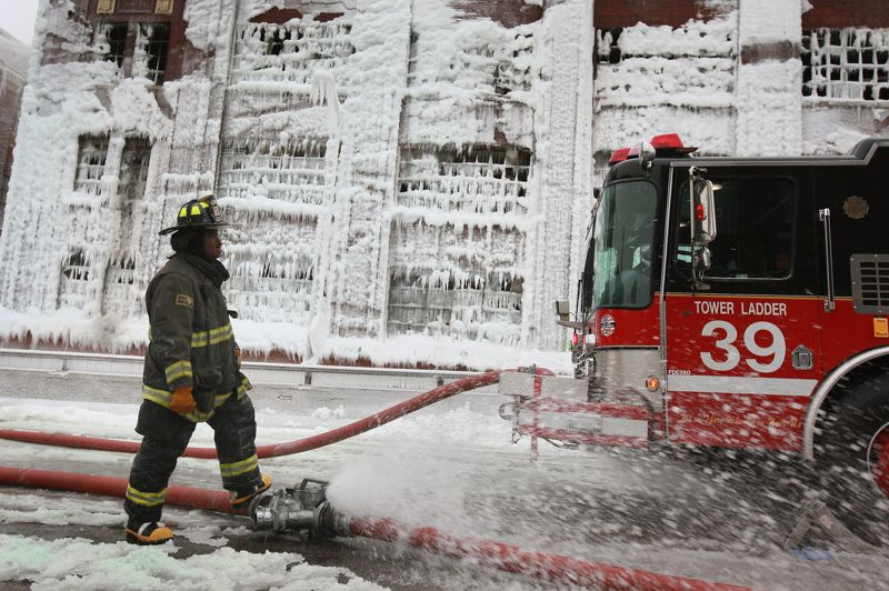 Au matin après l'intervention de plus de 200 pompiers, la façade de l'entrepôt est couverte de glace.