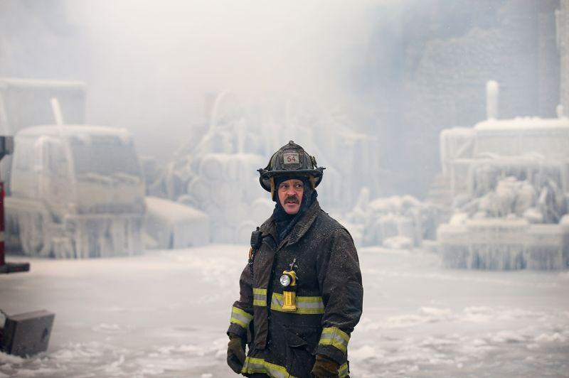 Le lieutenant Charley De Jesus, des pompiers de Chicago, contemple les dégats de l'incendie que ses hommes ont dû combattre toute la nuit.