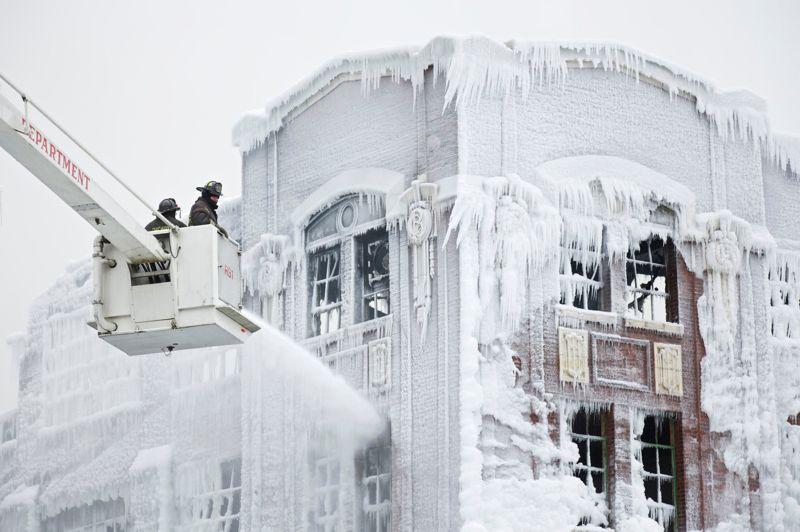 Les pompiers de Chicago continuent à noyer le bâtiment vide sous des tonnes d'eau, recouvrant sa façade d'une épaisse couche de glace.