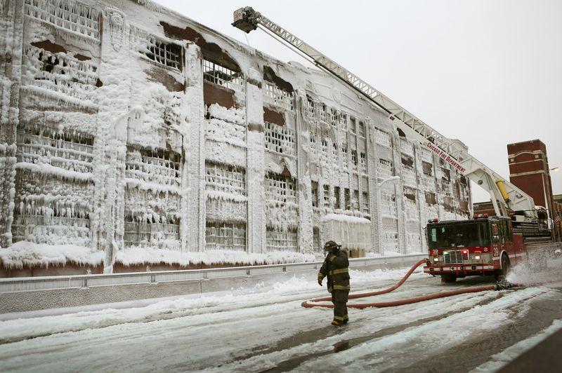 Pour circonscrire l'incendie de l'immense hangar, il aura fallu le déploiement du tiers des forces du Chicago Fire Department.