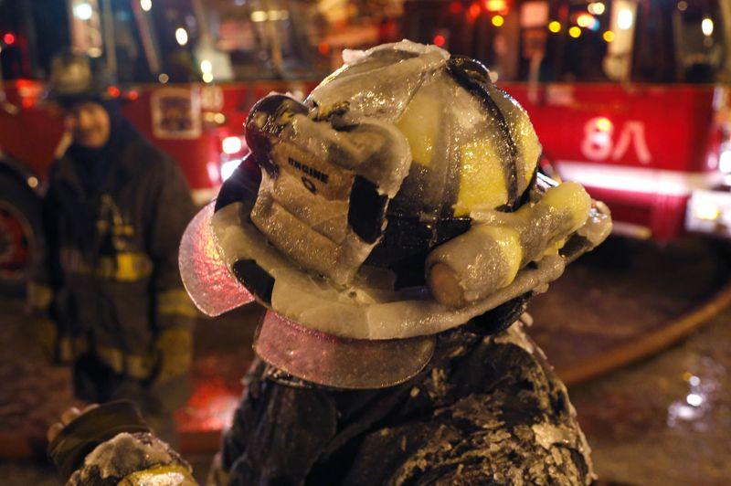 Même les équipements des pompiers se retrouvent couverts d'une couche de glace.