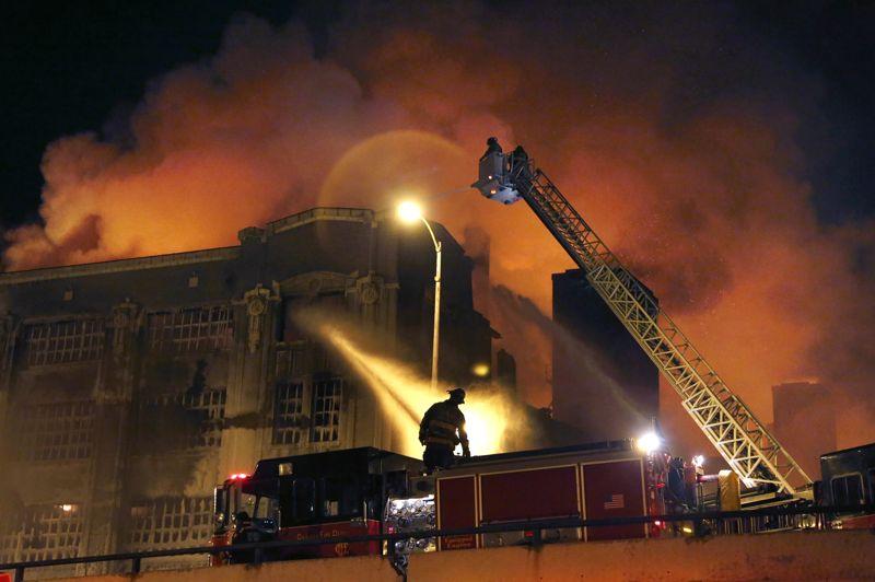 Dans la nuit de mardi à mercredi, les pompiers de Chicago combattent l'incendie qui s'est déclaré dans la partie sud de la ville.