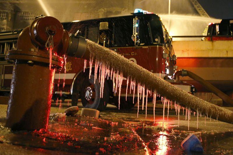 Rapidement l'extérieur des gaines approvisionnant les camions se met à geler.