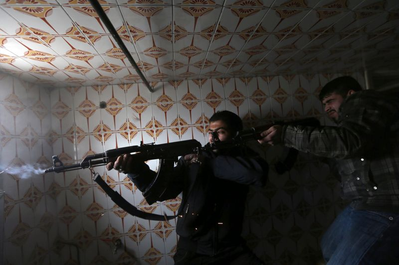 Ils font feu sur les soldats de l'armée fidéle à Bachar el-Assad qui gardent ce check-point.