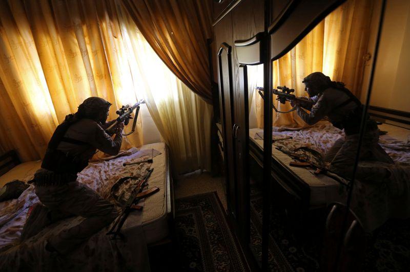 Après 22 mois de conflit et près de 60.000 morts, la périphérie de Damas se trouve désormais au cœur des combats. Ici, un combattant de l'unité Sadik de l'Armée syrienne libre (ASL) tire avec son fusil de précision Dragonov lors d'affrontements dans le quartier d'al-Mleha, au sud-est de Damas.