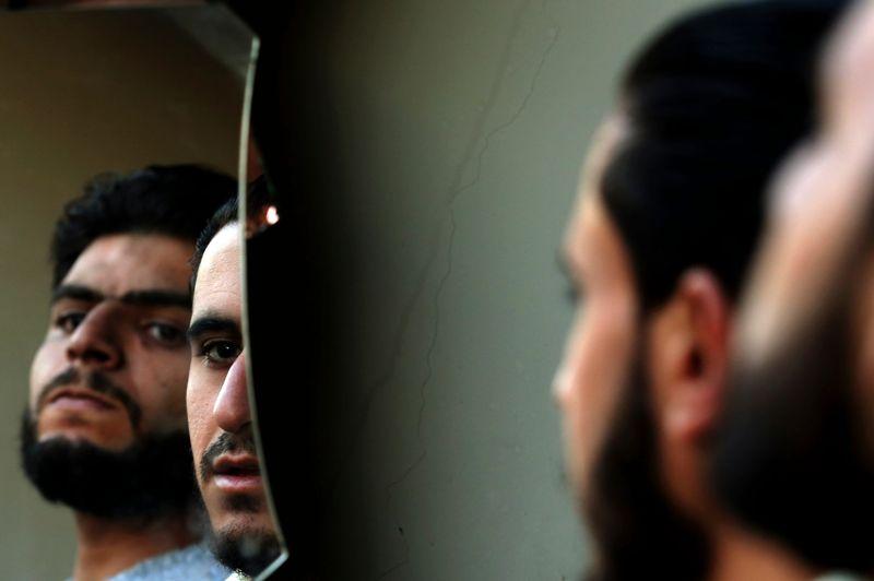 À Harasta, une banlieue au nord-est de la capitale, les rebelles se servent de miroir pour surveiller les positions des troupes fidèles à Bachar el-Assad, sans s'exposer aux balles.