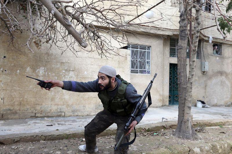 Un guerrier de l'unité Fateh-al-Sham indique une menace potentielle.