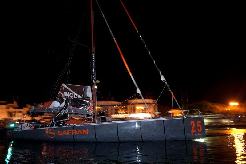 Premier coup dur quelques heures après le départ avec le retour de Marc Guillemot (Safran) aux Sables d'Olonne. Son bateau a perdu sa quille.