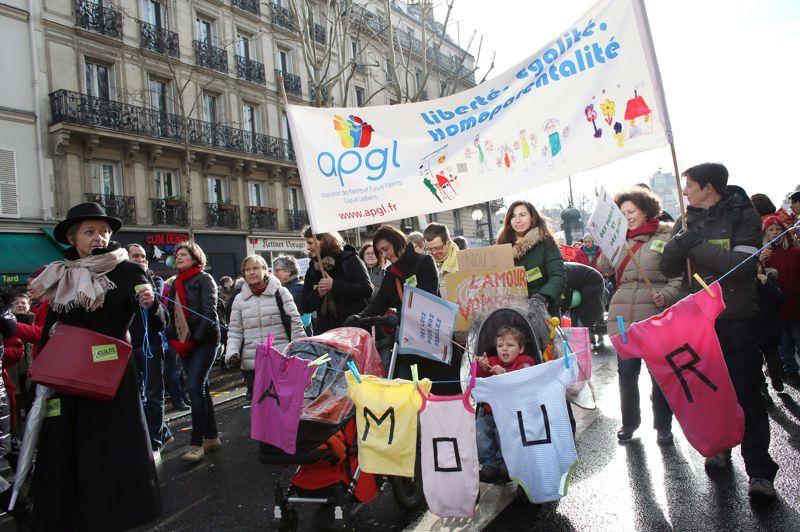 L'appel à la manifestation a été relayé par une large palette de syndicats et d'associations de défense des droits de l'Homme, dont de nombreux représentants étaient présents parmi les manifestants.