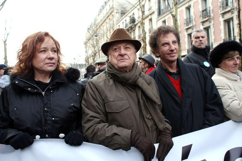 Plusieurs personnalités se sont également mobilisés pour manifester leur soutien au projet de loi du gouvernement, comme ici sur la photographie, l'actrice Eva Darlan, l'homme d'affaires Pierre Bergé et le nouveau président de l'Institut du Monde arabe, Jack Lang.