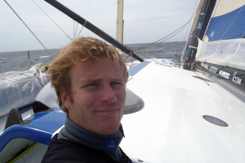 François Gabart (Macif) dans l'Océan Pacifique. Le jeune marin a pris la tête de course peu avant le Cap Horn et ne l'a plus jamais lâchée.