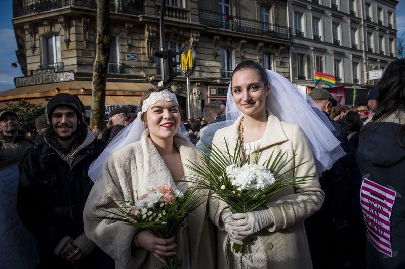 Deux femmes habillées en mariée posent place Denfert-Rochereau pour défendre le droit au mariage pour tous.